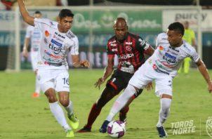Machado (cent.) contra el equipo de San Carlos. Foto:@Adsancarlos