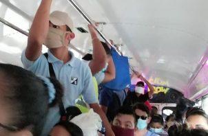 En redes sociales se denunció que en algunos buses no se cumplieron las normas sanitarias contra el COVID-19. Foto de redes sociales.