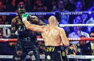 Tyson Fury logra conectar a Deontay Wilder en su pleito de los pesos pesados. Foto: AP