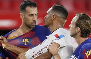 El centrocampista del FC Barcelona, Sergi Busquets (izq.) y el defensa brasileño del Sevilla, Diego Carlos, forcejean. Foto:EFE
