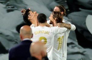 El Real Madrid tiene  la oportunidad hoy de complicarle la situación al Barcelona, en la carrera por el título de la Liga. EFE