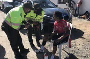 El ciclista colombiano Nairo Quintana habla con las autoridades sobre su accidente. Foto: @AlcaMotavita