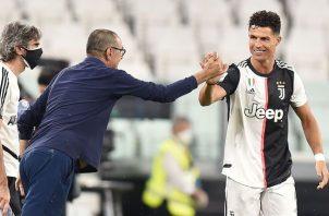 Cristiano Ronaldo festeja uno de sus goles con el técnico Maurizio Sarri. Foto: EFE