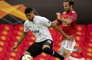 El panameño Andrés Andrade del Lask Line de Austria cubre el balón ante Juan Mata del Manchester United. Foto:EFE