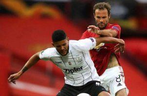 Andrés Andrade protege el balón ante el acecho de Juan Mata del Manchester United. Foto: Instagram