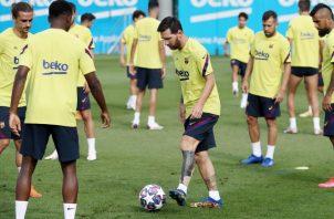 Messi (centro) en los entrenamienyos del Barcelona con miras al partido contra Bayern. Foto:EFE