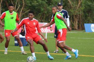Ricardo Clarke con el balón y Alfredo Stephens (der.) en los entrenamientos de equipo mayor. Foto:Fepafut