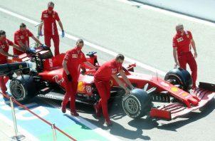 El carro del piloto alemán Sebastian Vettel de la Ferarari es empujado al garaje del circuito de Monza en Italia. Foto:EFE