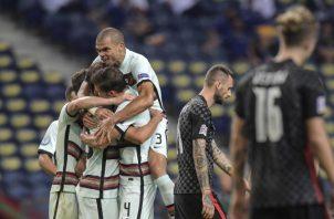 Jugadores de Portugal festejan. Foto:EFE