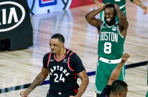 Norman Powell de Raptors festeja y Walker de Celtics se lamenta. Foto:EFE