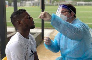 José fajardo en su prueba de hisopado. Foto:@CAIPanama ·