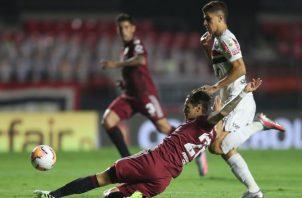 Vitor Frezarin (d) de Sao Paulo disputa un balón con Lucas Martínez de River Plate . Foto:EFE