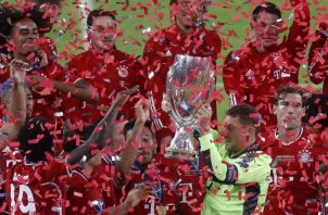 Manuel Neuer levanta la Copa. Foto:EFE