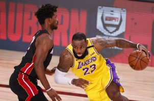 El alero de Lakers LeBron James (23) con el balón ante el alero del Miami Heat Jimmy Butler. Foto:EFE