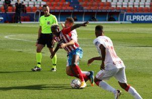 El panameño José Luis 'Puma' Rodríguez del Lugo (centro) es agarrado por un jugador del Mallorca. Foto@CDeportivoLugo