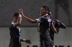 Edwin Aguilar (der.) anotó por Tauro. Foto:@LPF
