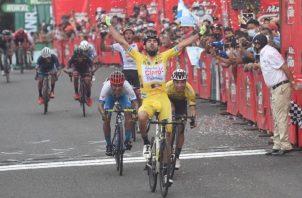 Roberto González alza las manos a cruzar la meta, atrás le sigue Christopher Jurado con el mismo gesto. Foto: @EUDeportes