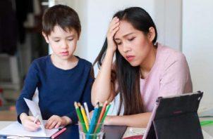 En medio de la pandemia, el padre o madre de familia es el que debe dar el seguimiento educativo. (Foto Cortesía: gvwire.com)