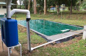 Se recoge el agua y pasa por un filtro para quitarle la basura, de ahí llega a una cisterna o un tanque especial.