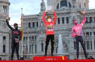 Primoz Roglic en el podium como ganador de la Vuelta España (cent.), el ecuatoriano Richard Caparaz (izq.) , segundo clasificado y el británico Hugh John Carthy (d) tercer lugar. Foto:EFE