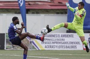 El portero del CAI, José Guerra, sale a disputar un balón contra un jugador del Árabe Unido. Foto:@LPF