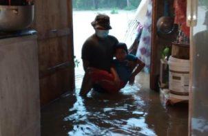Las labores de rescate se extienden por todas las provincias afectadas por el mal tiempo.  Foto cortesía Ministerio de Seguridad