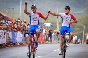 Alex Strah (izq.) y Franklin Archibold cruzan la meta para dar a Panamá la medalla de oro y plata . Foto:@Fepaci
