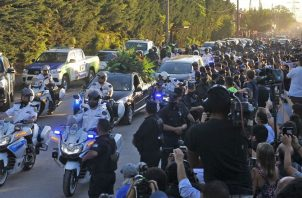 Decenas de hinchas caminan detrás del cortejo fúnebre que traslada los restos de Diego Armando Maradona . Foto:EFE