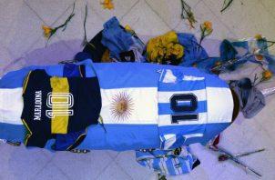 Vista del cajón cerrado de Maradona, cubierto con la bandera de Argentina y una camiseta Boca Juniors, además de la selección albiceleste. Foto:EFE