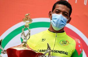 Christofer Jurado con el trofeo de campeón de la Vuelta a Chiriquí. Foto:Fepaci
