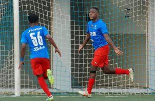Luis Tejada festeja el gol placino (izq) y Richard Peralta (der.) de penal dio el triunfo a Tauro. Foto:LPF