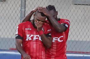 Jhamal Rodríguez es felicitado por Cristian Zúñiga (17) por su gol contra Plaza Amador.