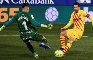 Messi remata al arco del portero de Huesca, Álvaro Fernández. Foto:EFE
