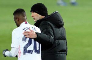 Zinedine Zidane, conversa con el delantero brasileño Vinicius. Foto:EFE
