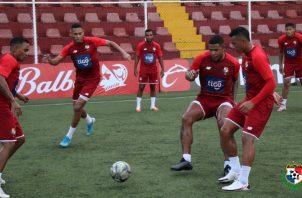 Ismael Díaz (izq.) y Roman Torres que intenta llegar al balón en los entrenamientos del seleccionado panameño. Foto:EFE