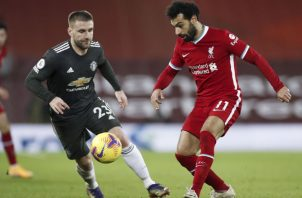 Mohamed Salah (Der.) del Liverpool y Luke Shaw del United. Foto:EFE