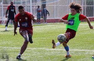 Román Torres (izq.) en los entrenamientos de la selección. Foto:@Fepafut