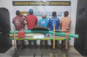 Detenidos y equipos confiscados por las unidades del Servicio Nacional de Fronteras. Cortesía