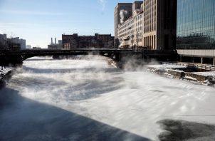 El vapor se eleva desde los edificios de la ciudad y el lago Michigan este jueves, en Chicago (EE.UU.). Foto/EFE