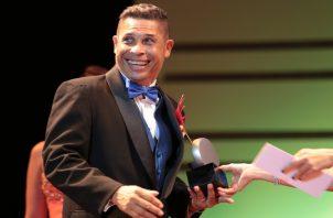 Daniel Gómez Nates cuando recibe uno de los premios Escena a que se ha hecho acreedor en su carrera teatral. Archivo Panamá América.