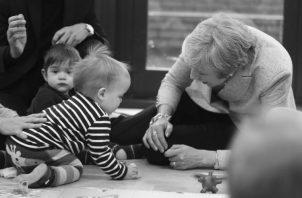 La presencia de los abuelos en el hogar brinda la oportunidad de contribuir con la educación y valores de sus nietos. Foto: AP.