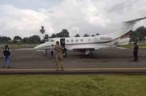La aeronave atropelló a un perro que se encontraba en la pista de aterrizaje. Foto/Mayra Madrid