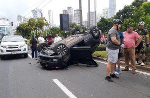 Tras el impacto, uno de los vehículos quedó volcado en la vía. Foto: Aurelio Martínez