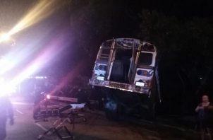 Tras colisionar al sedán, el bus se salió de la vía y quedó en una cuneta en El Chorrillo.| Foto: Cortesía