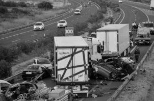 Quién es el verdadero culpable, el conductor que iba a alta velocidad o el peatón que cruzó indebidamente la calle. Foto: EFE.
