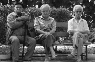 Es importante que el anciano trate de hacer todo por sí solo, se debe cooperar con él solo en las actividades que encuentre muy difíciles de realizar.  Foto: EFE.