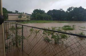Llovió fuertemente en el área  dos horas, lo que provocó que las calles se anegaran debido a que los drenajes pluviales estaban obstruidos. Foto/Thays Domínguez