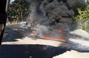 La candela destruyó el auto en Aguadulce. @BCBRP