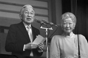 El emperador Akihito de Japón, celebró el pasado 23 de diciembre su último cumpleaños como jefe de Estado, antes de su abdicación el próximo 30 de abril de 2019. Aparece junto su esposa, la emperatriz Michiko. Foto: EFE.