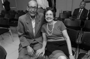 Alberto Quirós Guardia (Q:E:P:D, junto a su esposa Aixa Jaén de Quirós durante un homenaje. Fue docente, radiodifusor y entregado defensor de las causas cívicas y promotor de los valores democráticos. Foto: Archivo.